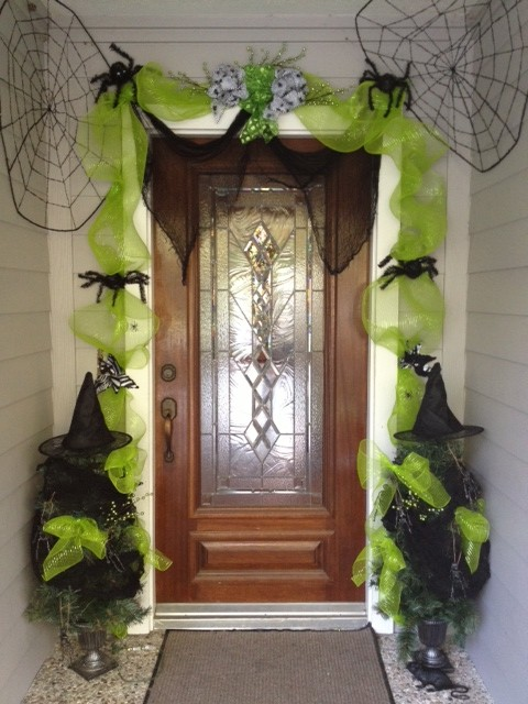 Halloween decorating from the dollar stores - Decoration de porte halloween ...